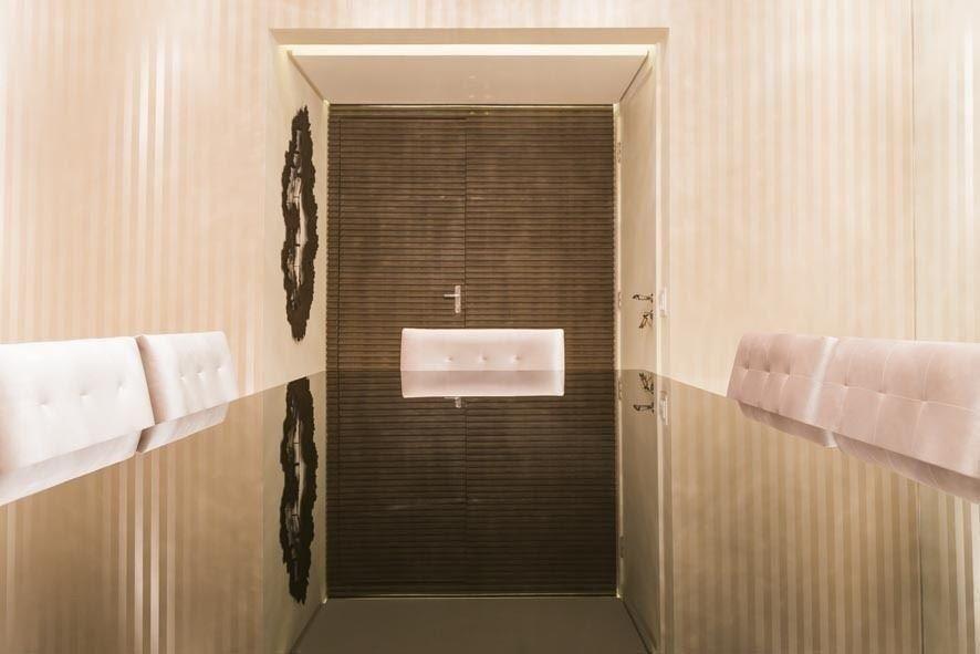 sala de jantar com papel de parede listrado simples