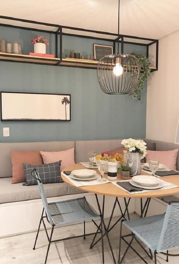sala de jantar decorada com canto alemão e luminária pendente aramado Foto Casa Très Chic
