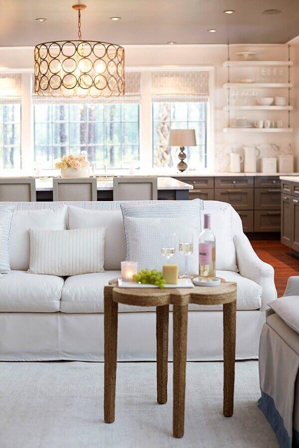 sala decorada com sofá branco Foto Assetproject