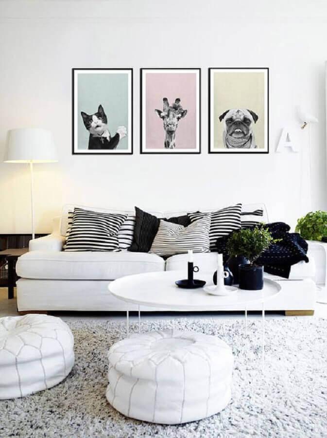 sala decorada com sofá branco e quadros divertidos Foto Etsy
