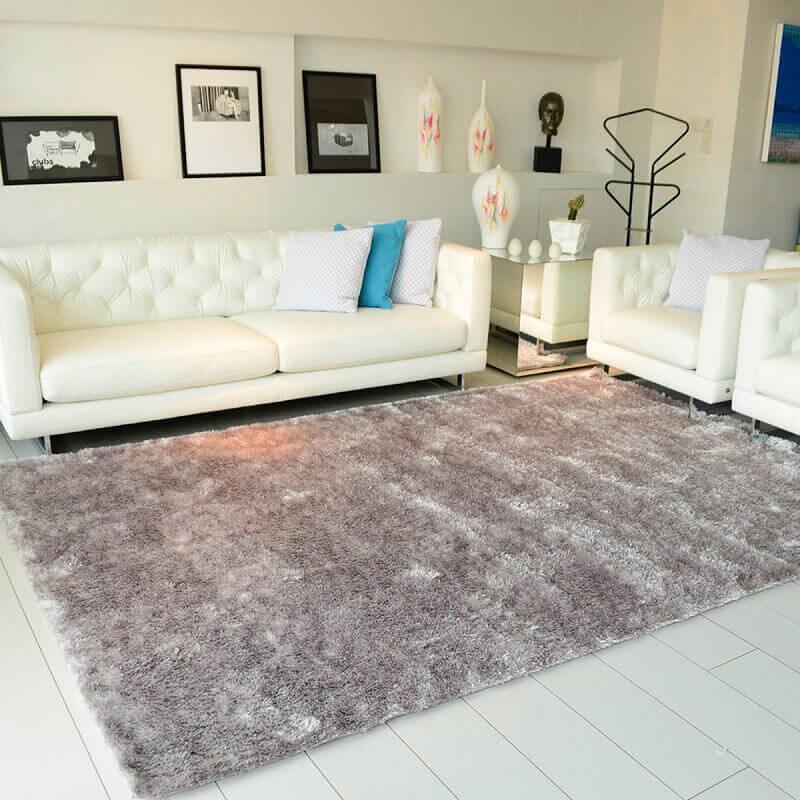 sala decorada com sofá branco e tapete cinza claro Foto Pinterest