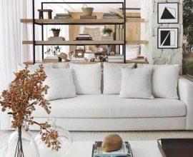 sala decorada com sofá branco e vasos de vidro  Foto Andrezza Alencar