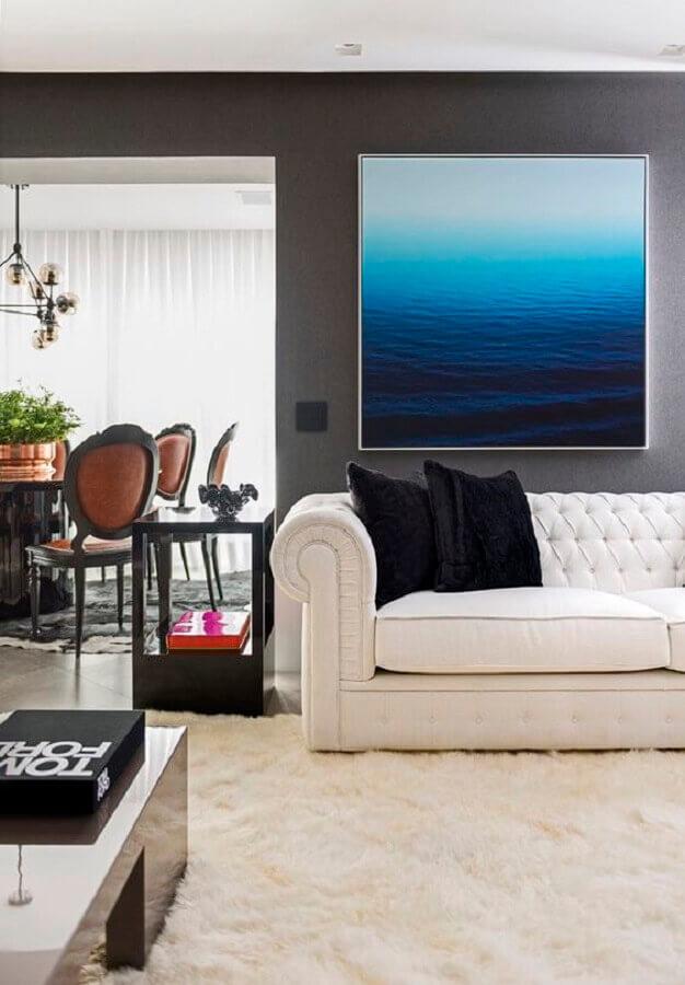sala decorada com tapete felpudo e sofá branco com acabamento capitonê Foto Maurício Karam Arquitetura