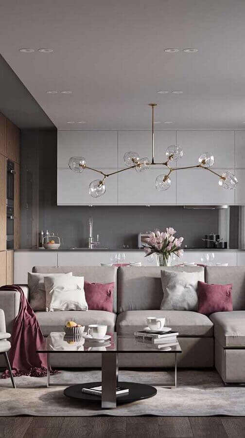 sala moderna cinza decorada com manta e almofadas na cor marsala Foto Pinterest
