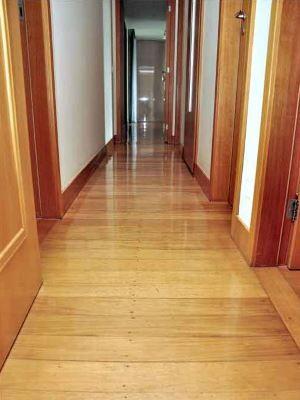 sinteco - corredor com piso de madeira