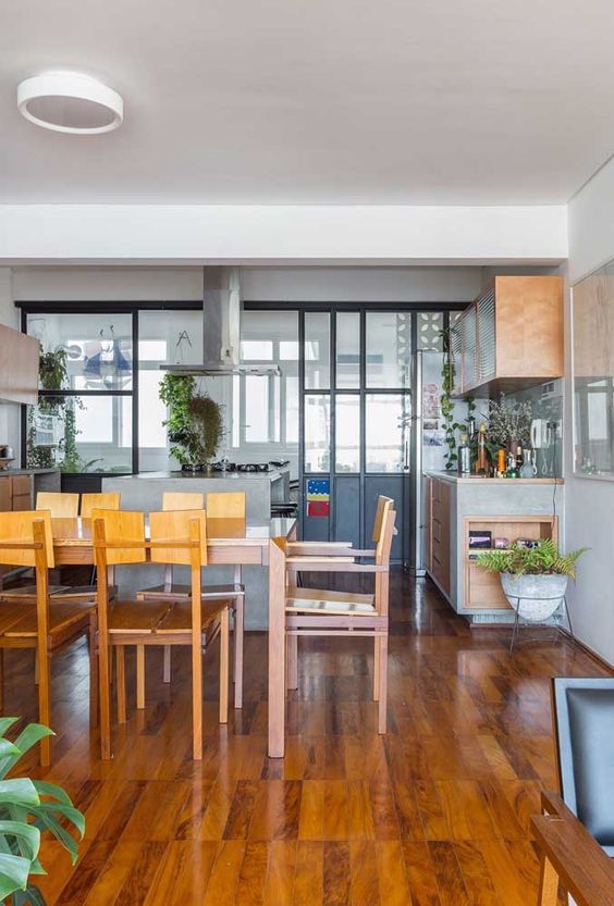 sinteco - sala de jantar com piso de taco simples envernizado