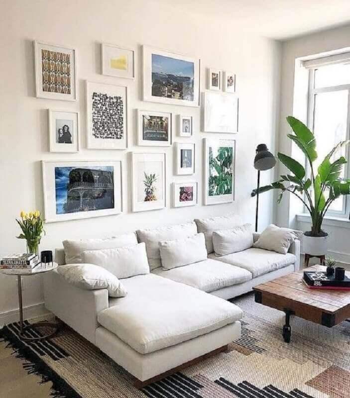 sofá branco com chaise para decoração de sala de estar com vários quadros Foto We Heart It