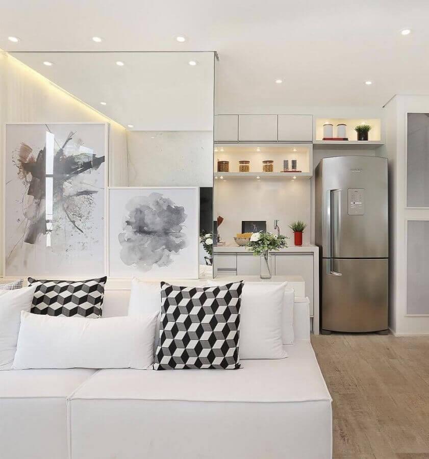 sofá branco para decoração de sala com cozinha integrada Foto Assetproject