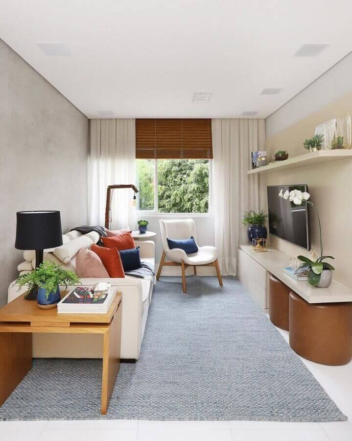 sofá branco para decoração de sala pequena com tapete azul Foto Attic - Interior Design
