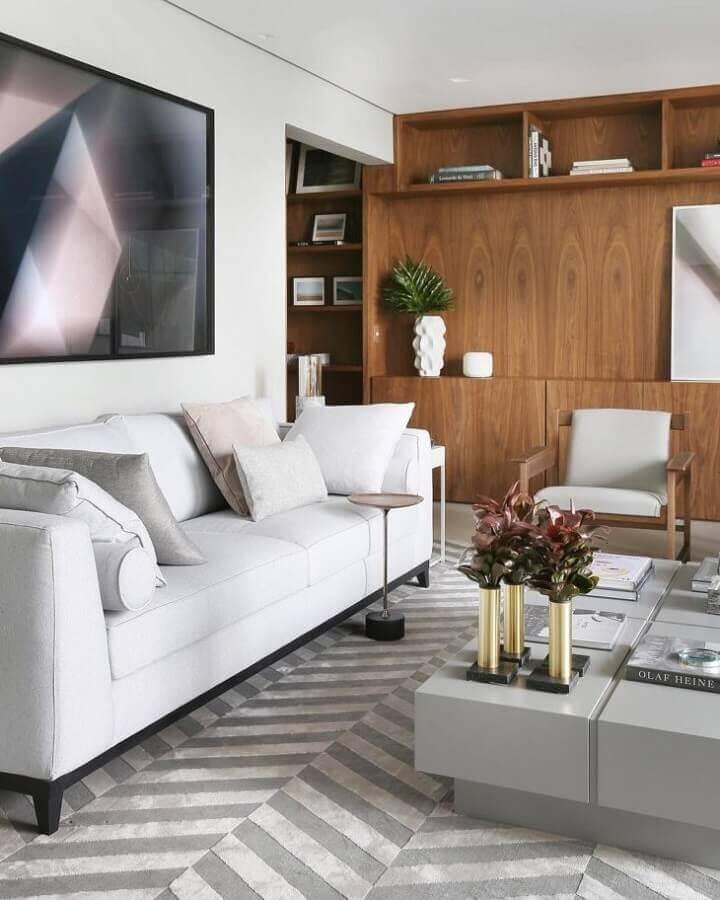 sofá branco para sala de estar decorada com tapete cinza Foto Simone Saccab - Arquiteta