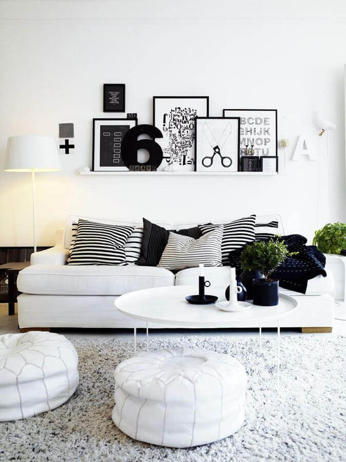 sofá branco para sala decorada preta e branca com puffs redondos Foto Futurist Architecture