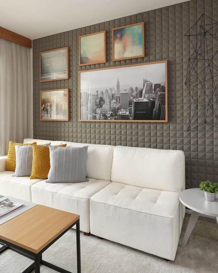 sofá branco para sala moderna com revestimento 3d e almofadas de crochê Foto Sesso & Dalanezi Arquitetura
