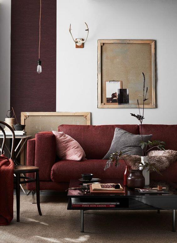 A sala com sofá marsala é linda