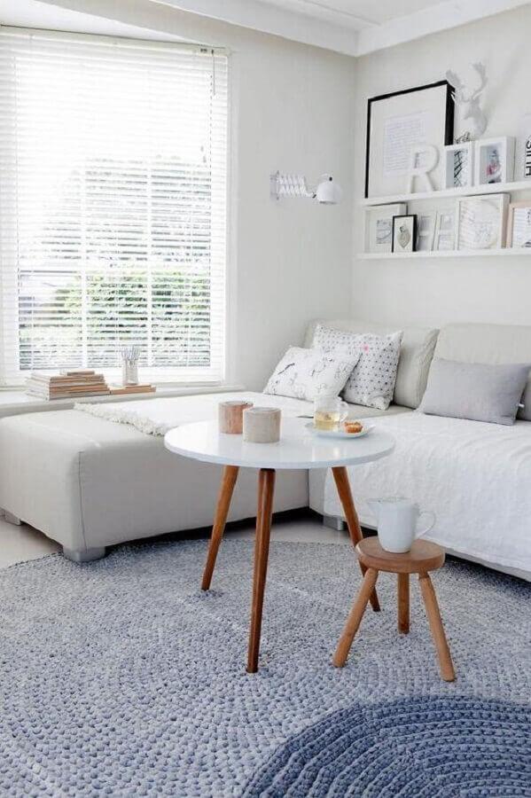sofá de canto branco para sala com decoração minimalista Foto Archzine