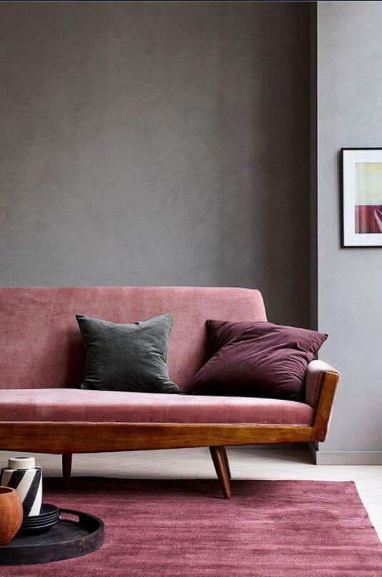Sofá e almofadas na cor marsala com parede cinza