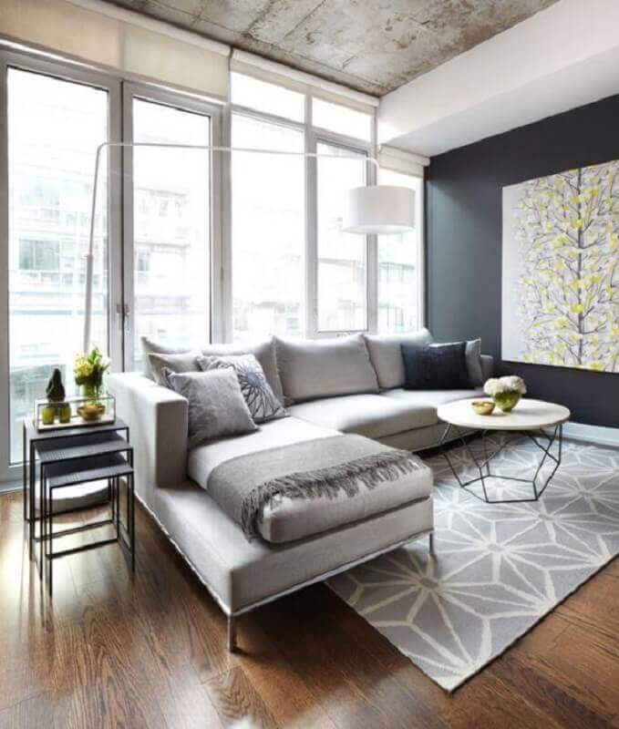 tapete cinza claro com estampa para decoração de sala com mesa de centro moderna Foto Lisa Petrole Photography