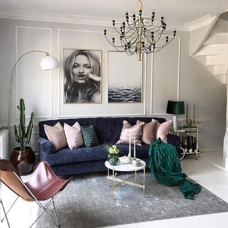 tapete cinza claro para decoração de sala com sofá azul marinho Foto Pinterest