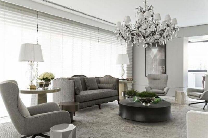 tapete cinza claro para sala com decoração clássica Foto Roberto Migotto