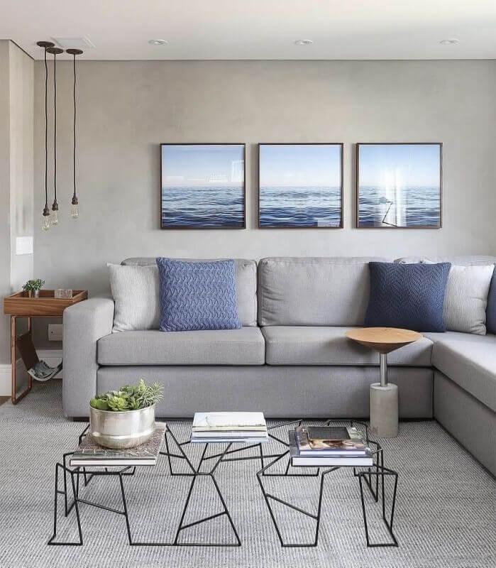 tapete cinza claro para sala decorada com pendentes minimalistas e quadros decorativos Foto Área de Mulher