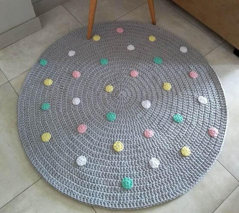 tapete cinza com bolinhas coloridas para decoração de quarto infantil Foto Pinosy