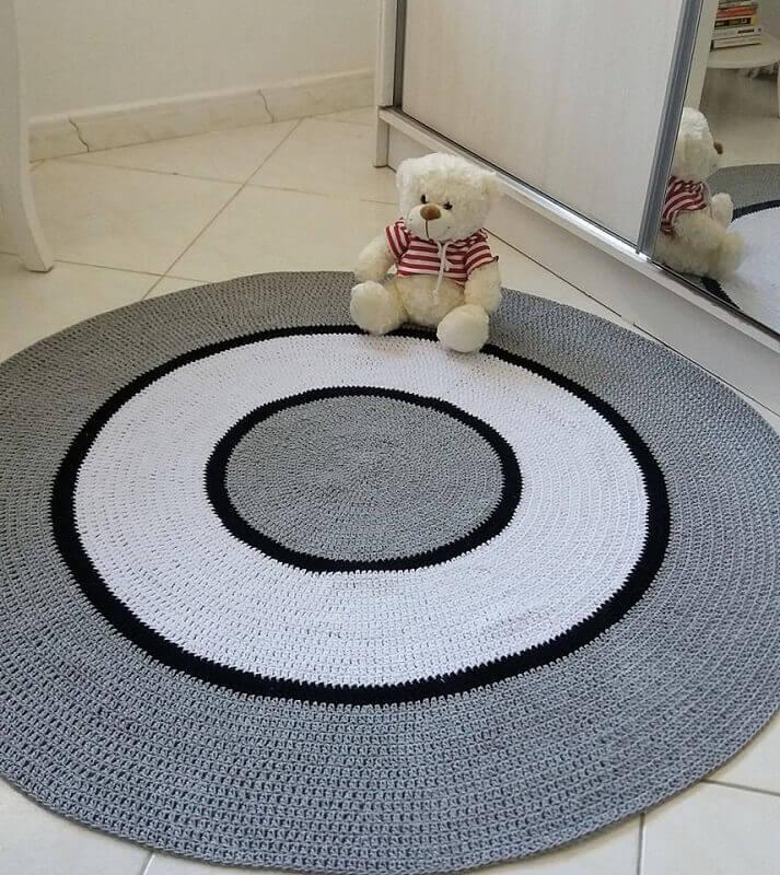 tapete cinza de crochê com circulo branco Pinosy