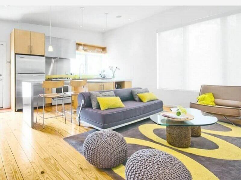 tapete cinza e amarelo para decoração de sala ampla com puff redondo de crochê Foto Home Design Ideas