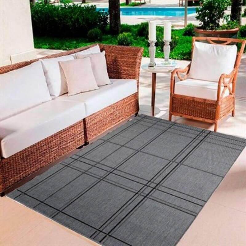 tapete cinza para decoração de varanda com móveis de vime Foto Lojas Donna