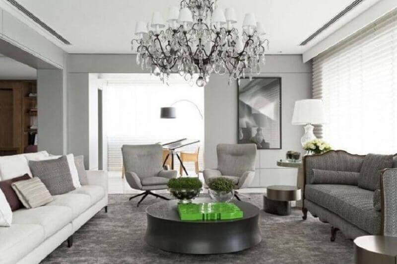 tapete cinza para sala decorada com dois modelos de sofá e lustre candelabro Foto Roberto Migotto