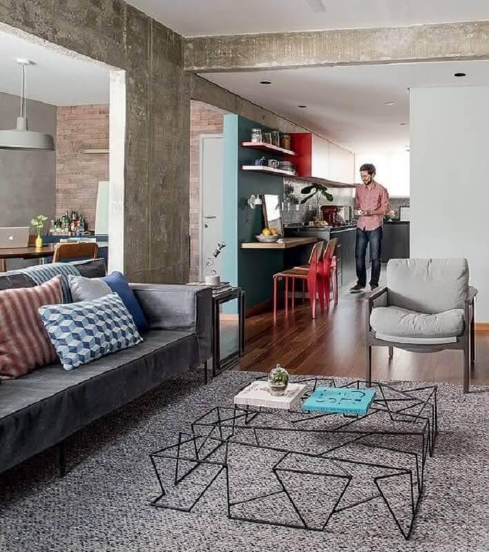 tapete cinza para sala decorada com mesa de centro diferente Foto Vivendo com Charme