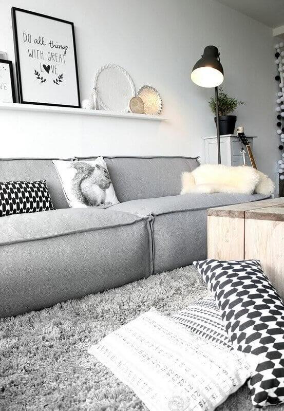 tapete felpudo cinza claro para decoração de sala clean Foto Otimizi