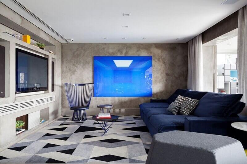 tapete geométrico cinza para decoração de sala com sofá azul marinho Foto Arquiteta Evelyn Luci