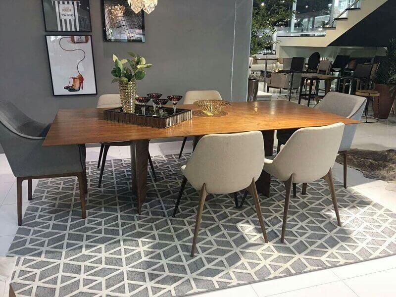 tapete geométrico cinza para sala de jantar com mesa de madeira Foto Pinterest