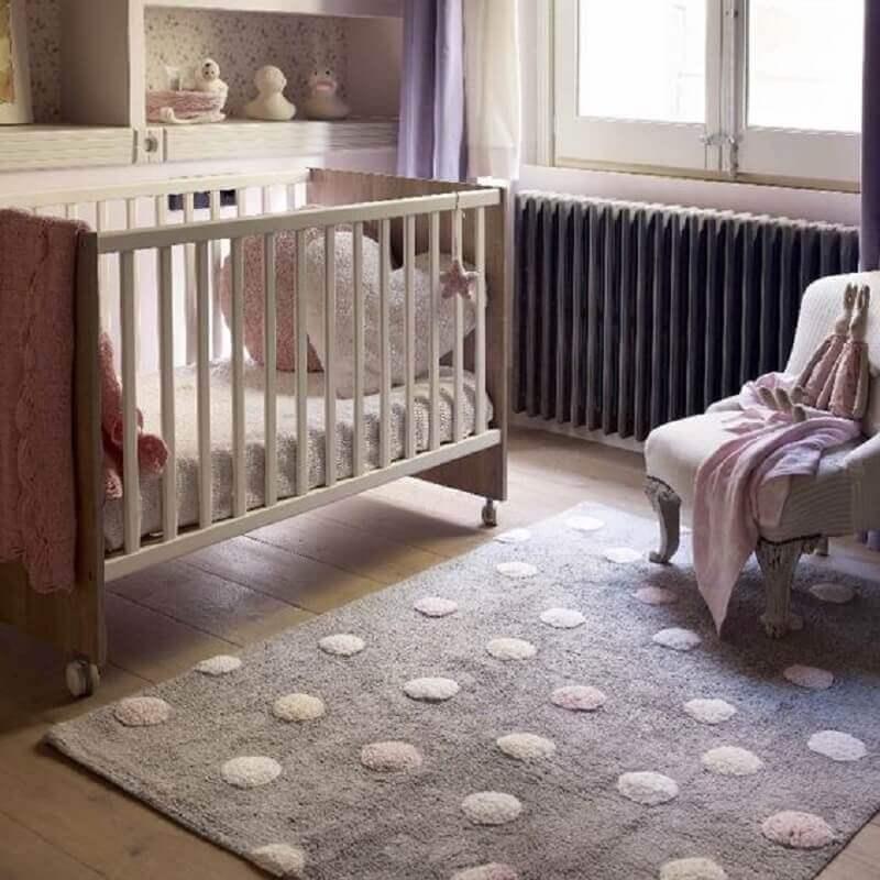 tapete rosa e cinza para quarto de bebê com piso de madeira Foto Momy Home & Kids Decor