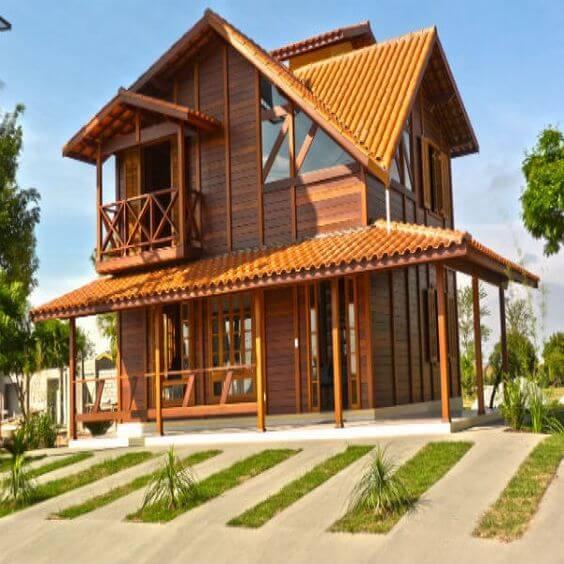 Casa com telhas colonial