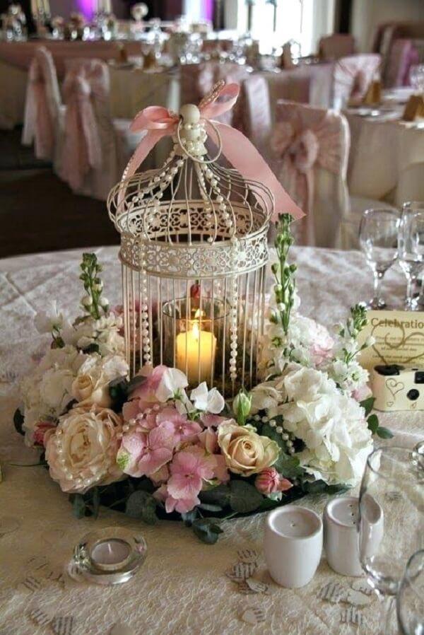 Gaiola decorativa utilizada como enfeite de centro de mesa