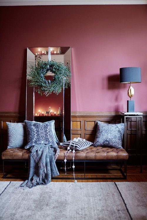 Vale usar o azul claro com a cor marsala para criar uma sala aconchegante e linda