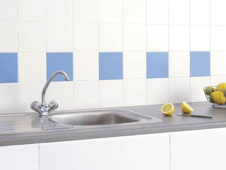 Tinta para azulejo de cozinha branco e azul