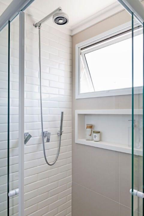 Tinta para azulejo de banheiro branco e cinza