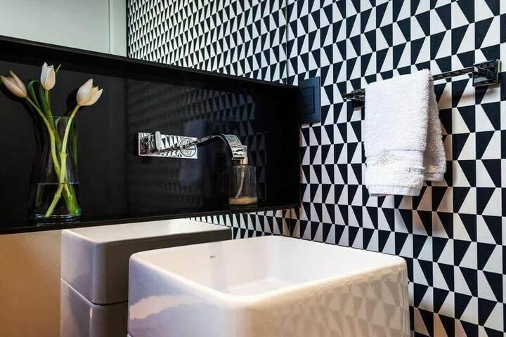 toalha de lavabo - lavabo com papel de parede geométrico