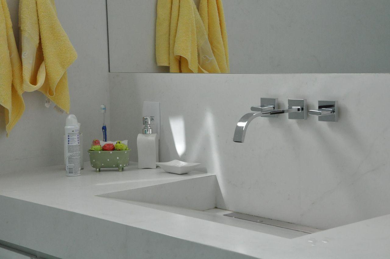 toalha de lavabo - lavabo com toalha amarela