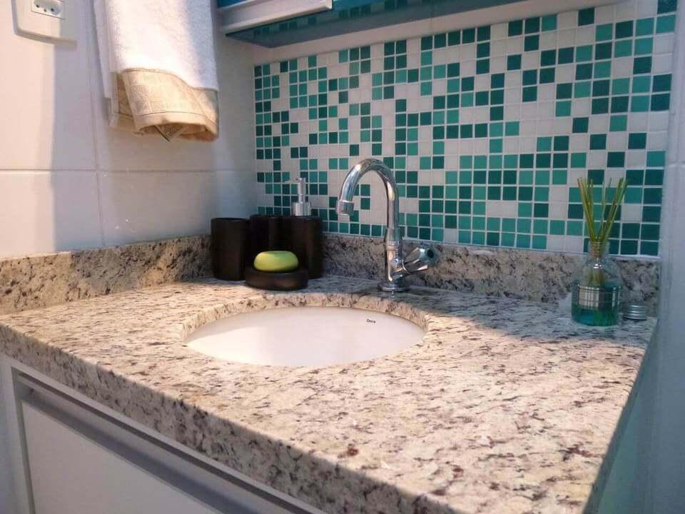 toalha de lavabo - pastilha verde em banheiro