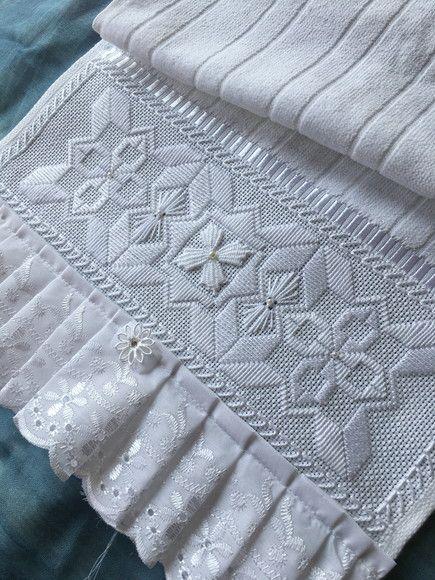 toalha de lavabo - toalha branca aveludada com acabamento de renda