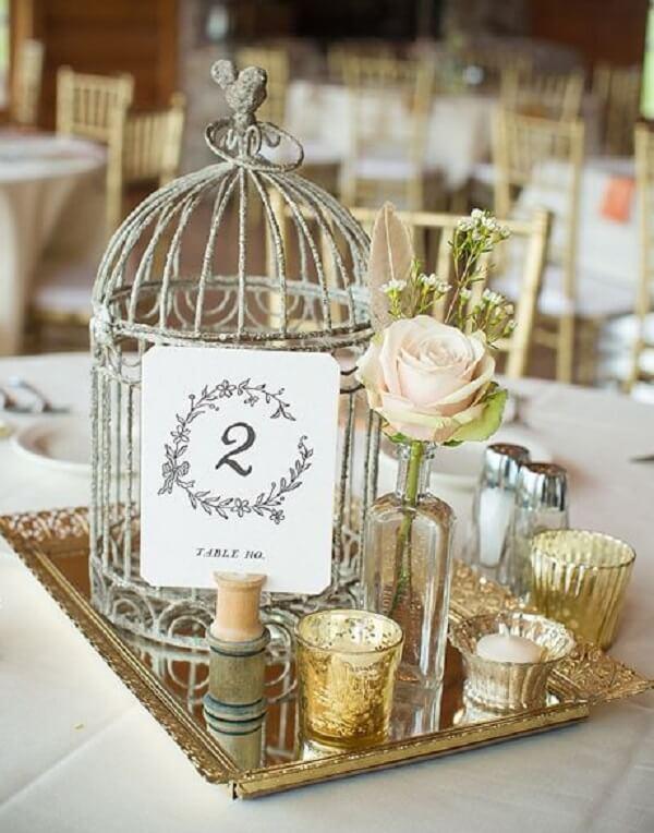 Gaiola decorativa enfeita a mesa dos convidados