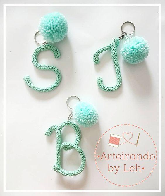 tricotin - cheveiros de letras feitos em tricotin
