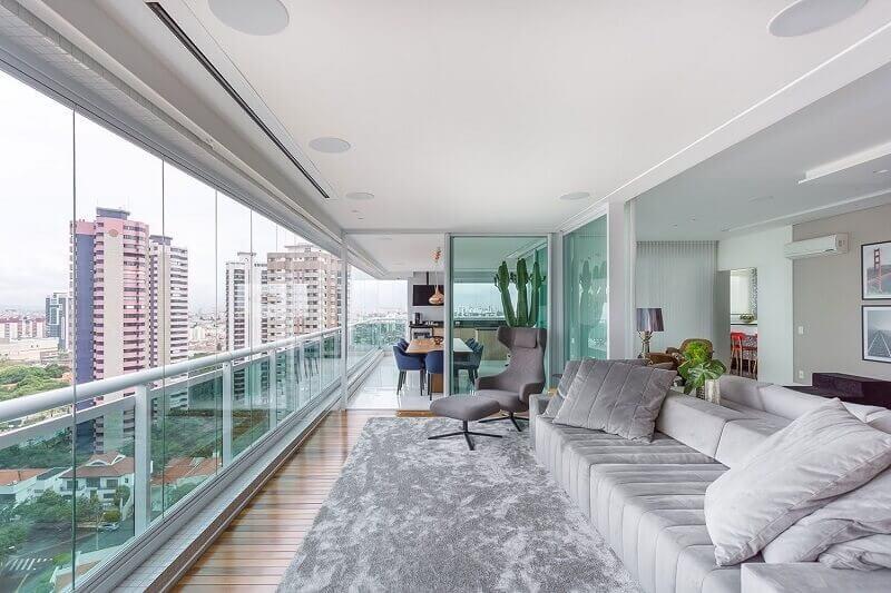 varanda ampla decorada com tapete cinza mesclado Foto Pinterest