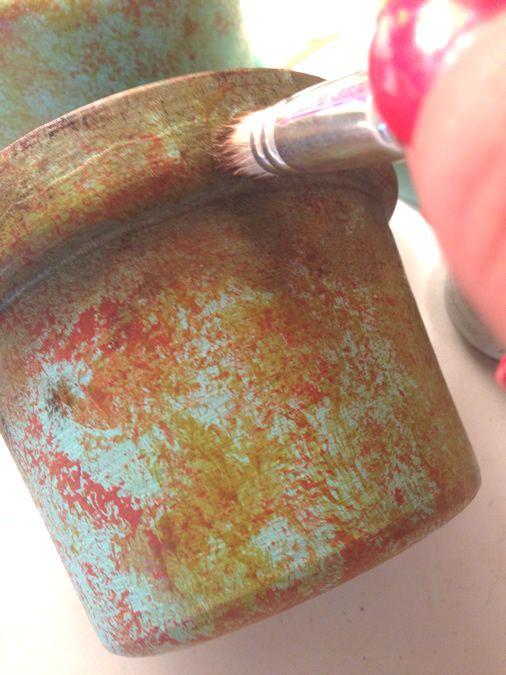 vaso de barro - vaso de plantas sendo pintado