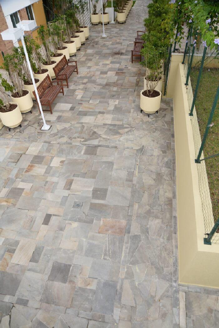 Área externa com piso feito com pedra São Tomé
