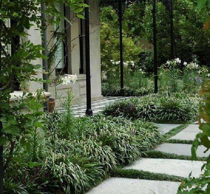 A grama preta foi plantada para preencher os espaços entre as placas de concreto