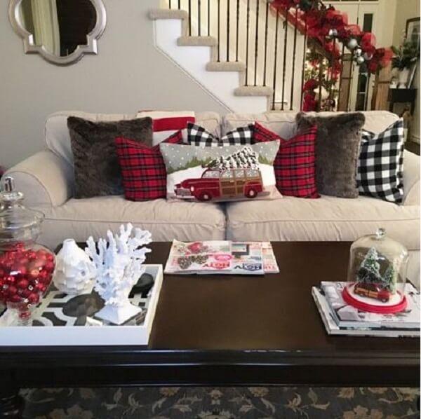 Sala de estar com almofadas de Natal em diferentes estampas