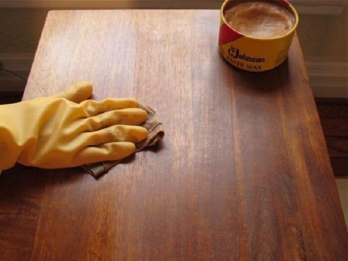 Evite utilizar palha de aço, pois ela pode riscar o móvel de madeira